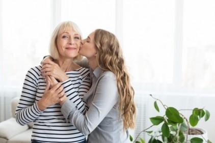 تفسير حلم تقبيل الأم في المنام