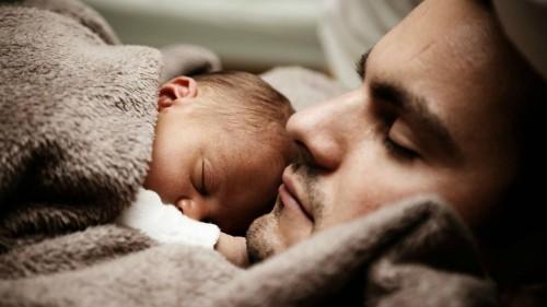 تفسير حلم النوم مع طفل صغير في المنام