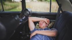 تفسير حلم النوم في السيارة في المنام