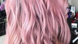 تفسير حلم صبغ الشعر باللون الوردي في المنام
