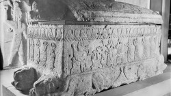 تفسير حلم رؤية قبر ملك أو حاكم ميت في المنام