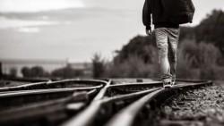 تفسير حلم رؤية عبور سكة القطار في المنام