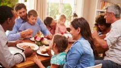 تفسير حلم أكل الطعام في منزل العائلة في المنام