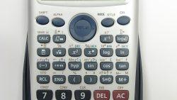 تفسير حلم رؤية الآلة الحاسبة في المنام للمطلقة